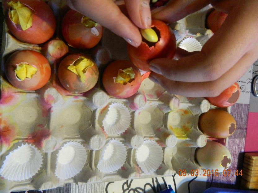 colorier et remplir les oeufs de pâques